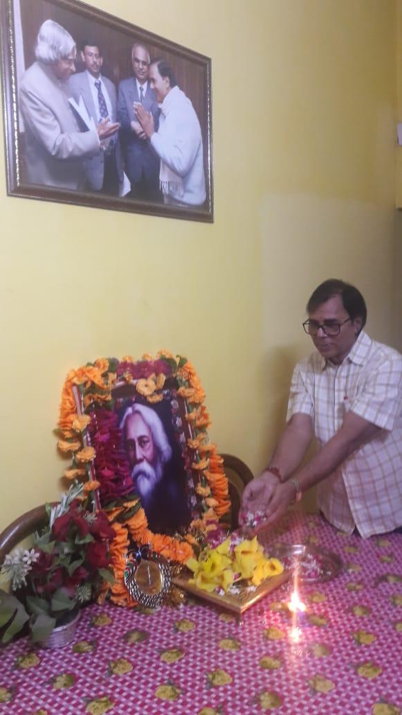 Samajsevi Dr.Bhupendra Madhepuri paying homage to Ravindra Nath Tagor on 81st punyatithi at Vrindavan Madhepura.