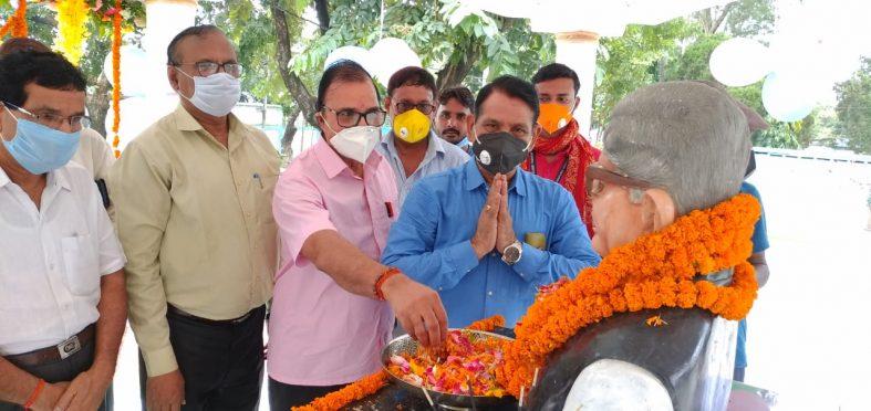 Dr.Bhupendra Narayan Yadav Madhepuri, VC Dr.Gyananjay Dwivedi, Senator Dr.Naresh Kumar, Prof.Arun Kumar and others paying homage to Vishwakarma of TP College Dr.Mahavir Prasad Yadav on 24th death anniversary at BNMU Campus Madhepura.