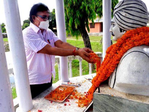 Samajsevi-Sahityakar Dr.Bhupendra Narayan Yadav Madhepuri paying homage to Rasbihari Lal Mandal on the occasion of 102nd Punya Tithi at Madhepura.