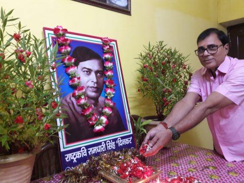 Sahityakar Dr.Bhupendra Narayan Yadav Madhepuri paying homage to Rashtrakavi Ramdhari Singh Dinkar on 112th birth anniversary at Madhepura.
