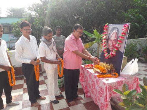 Samajsevi Dr.Bhupendra Madhepuri along with Khel Guru, Arun Kumar and others paying homage to Bharat Ratna Dr.APJ Abdul Kalam at Vrindavan on the occasion of 90th birthday.