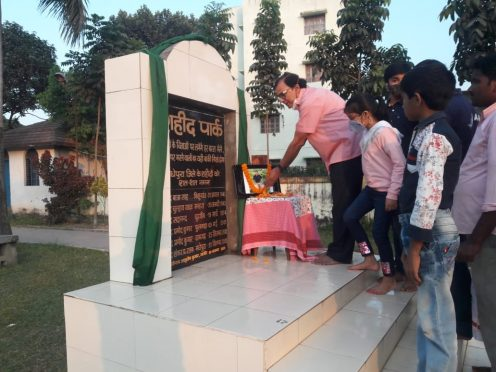 Samajsevi-Sahityakar Dr.Bhupendra Narayan Yadav Madhepuri, Aadya Deep and others paying homage to Shahid Captain Ashutosh at Shahid Park Madhepura.