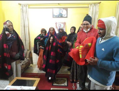 Dr.Madhepuri distributing Blanket at Vrindavan.