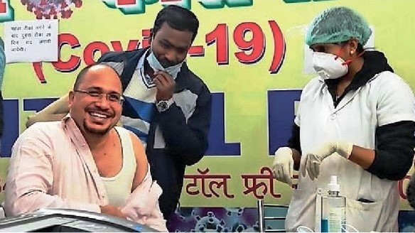 DM Shyam Bihari Meena is being vaccinated for Corona at Madhepura.