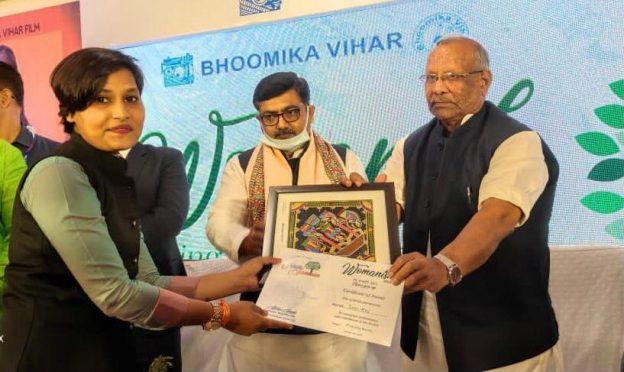 soni raj is being honoured by dy.cm tarkisor and khel mantri alok ranjan jha.