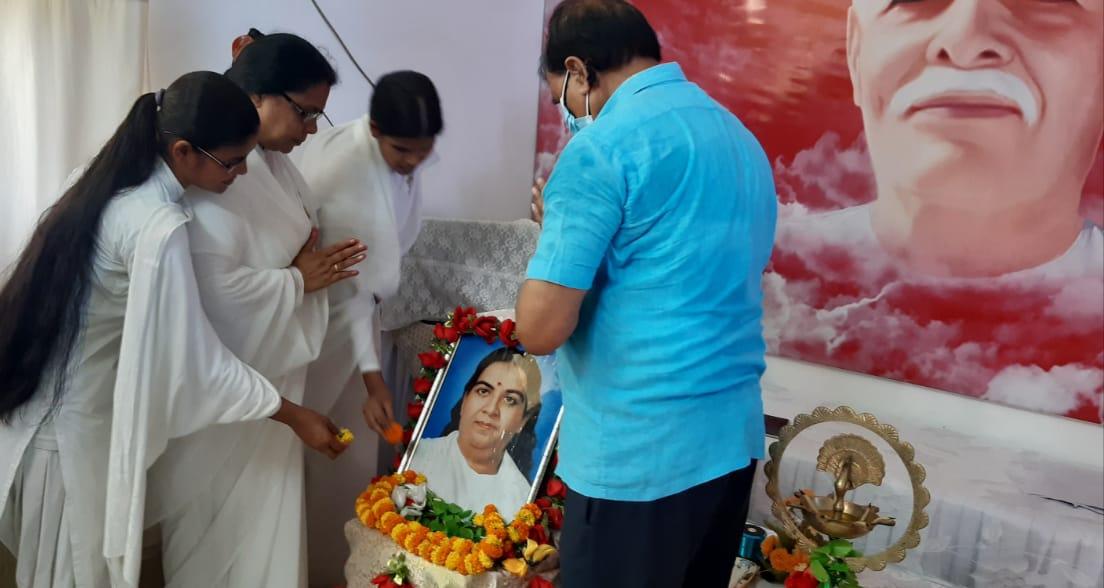Dr.Bhupendra Madhepuri, BK Ranju Didi and others paying homage to Mateshwari Jagadamba Saraswati.