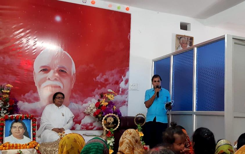 Samajsevi- Shikshavid Dr.Bhupendra Madhepuri addressing devotees at Brahmakumari Ishwariya Viswavidyalaya at Madhepura.