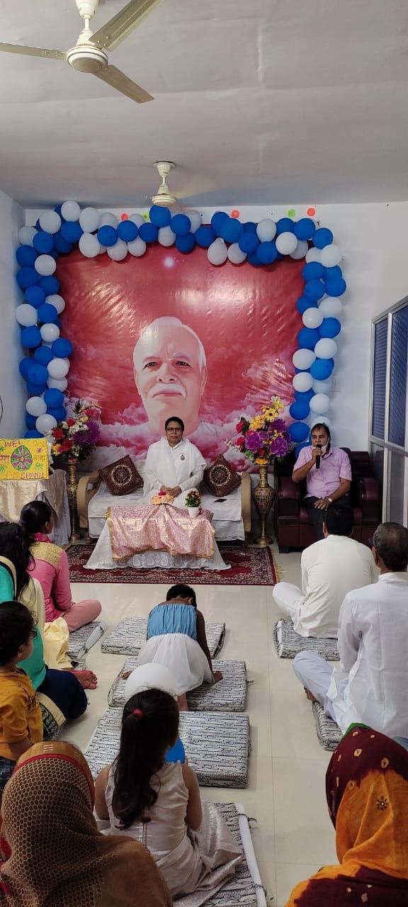 Shikshavid Dr.Bhupendra Madhepuri addressing devotees on the occasion of Raksha Bandhan celebration at Sukh Shanti Bhawan Madhepura.