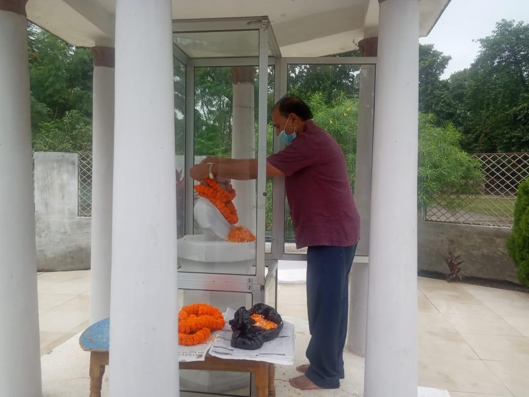 Samajsevi-Shikshavid Dr.Bhupendra Narayan Yadav Madhepuri offering floral tribute to Rashtrapita Mahatma Gandhi on the occasion of Mahatma Gandhi Jayanti.