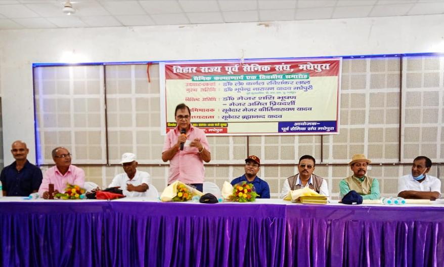 Shikshavid Dr.B N.Yadav Madhepuri addressing former Army Men at Bhupendra Kala Bhawan, Madhepura.