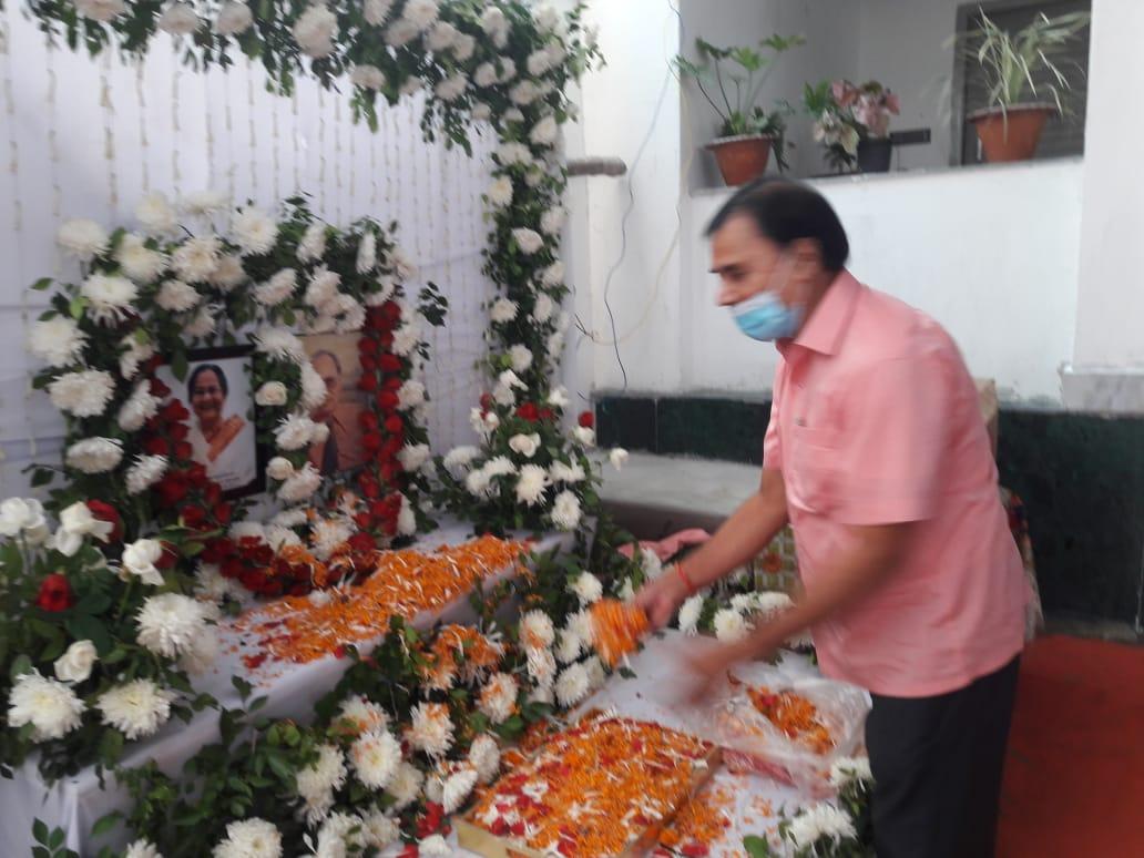 Samajsevi Shikshavid Dr.Bhupendra Narayan Yadav Madhepuri paying homage to Bhagyamani Devi at Murho Gram.