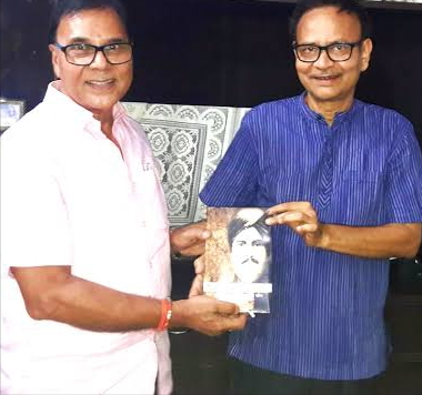 "Shikshavid Dr.Bhupendra Madhepuri presenting his book ""Rasbihari Lal Mandal : Paradhin Bharat Mein Swadhin Soch"" to Justice K.K.Mandal."